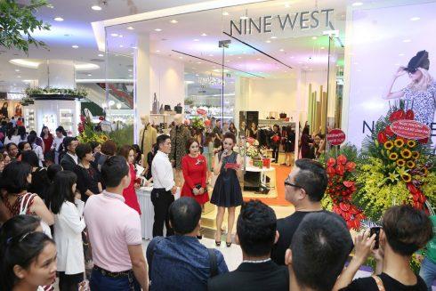 nine-west-khai-truong-hcm-1-490x327